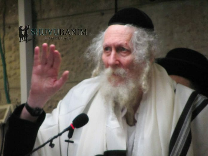 Rav Berland waving to the kehilla