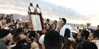 rav-berland-reading-torah-eilat