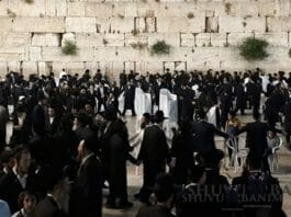 Hundreds of people praying at the Kotel for the recovery of Rabbi Eliezer Berland