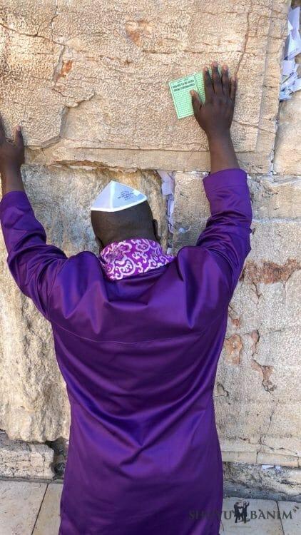 man praying over coronavirus western wall (2)